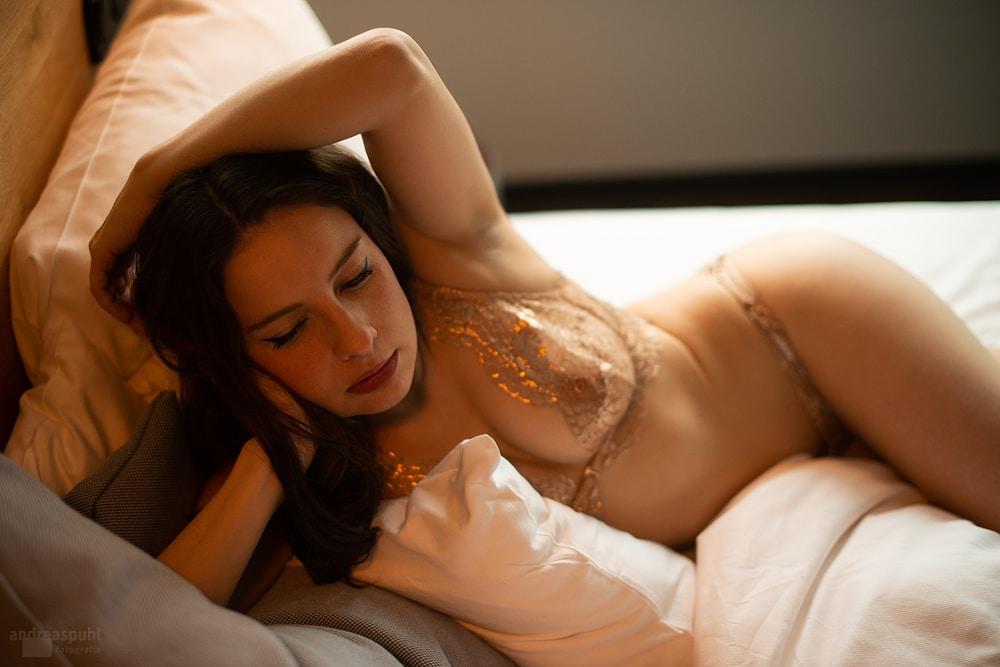 Mia Elysia Escort im Bett