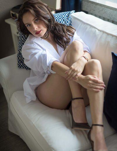 Mia Elysia Escort auf der Couch