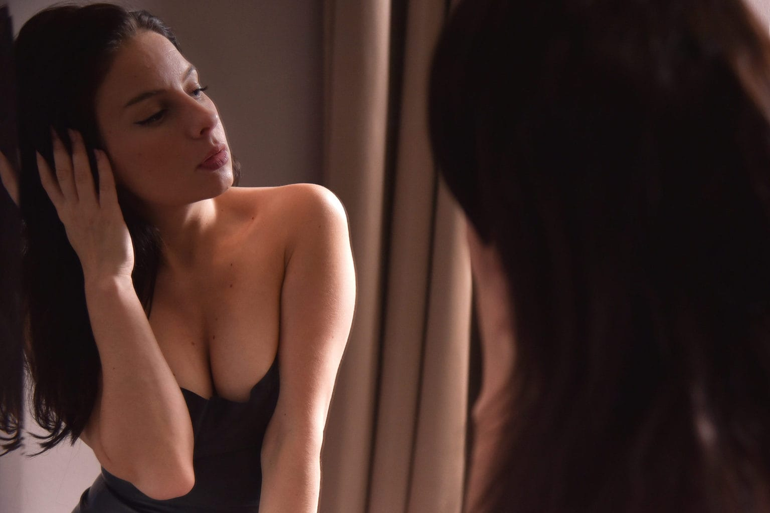 Mia Elysia Escort am Spiegel