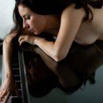 Mia Elysia liegt auf dem Klavier