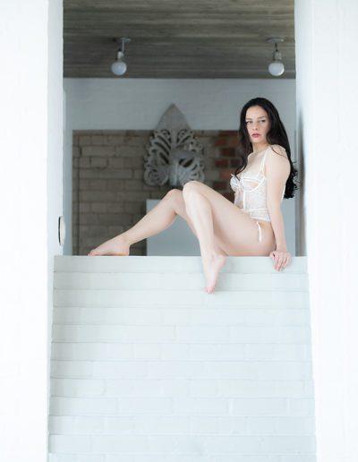 Mia Elysia Escort auf der Treppe sitzend